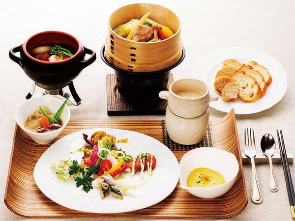 洋朝食セットメニュー。海鮮オープンサンド、鹿肉のポトフ、野菜蒸籠蒸しなど。