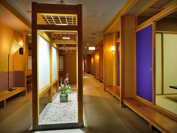 個室料理茶屋「紅葉」 個室会食場が20部屋並ぶ料亭風のフロア