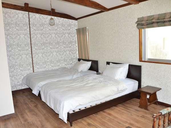 寝室セミダブルベッド×2台(布団×6組)