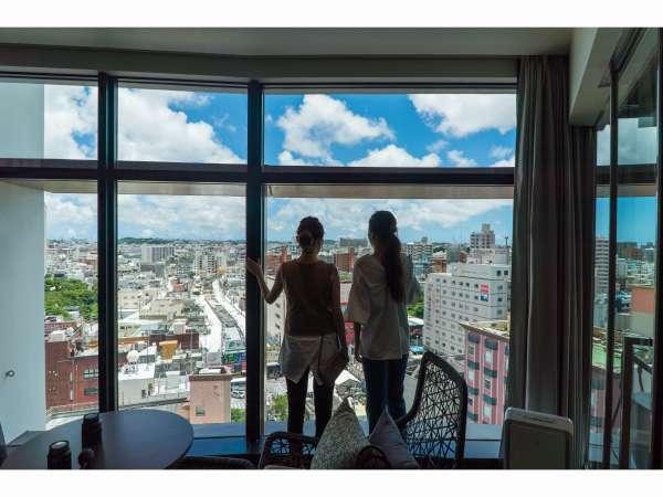 沖縄の青空を部屋いっぱいに取り込む客室1面に広がる大きな窓。