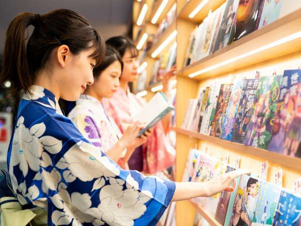 【ロビー・ほんだなcafe】たくさんの本から選び放題!何を読もうか迷っちゃう!