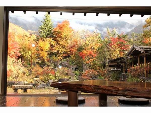 お休み処より紅葉を眺める