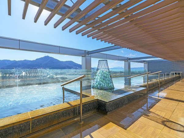 【大浴場】天空露天風呂からは函館山を一望。