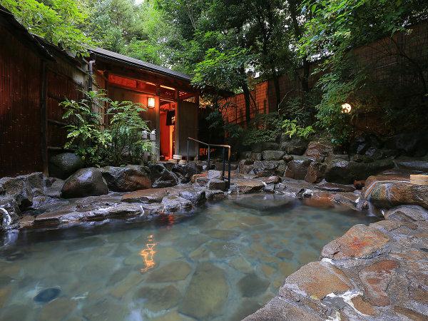 降るような満天の星空のもと、温泉に浸る。露天風呂(男湯)