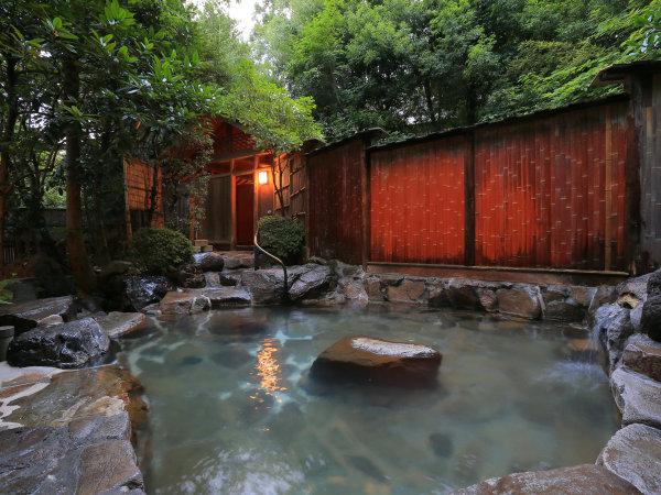 降るような満天の星空のもと、温泉に浸る。露天風呂(女湯)