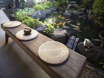 東屋風の露天風呂の周りにある池。鯉に餌をやりながらゆっくりとした時間を楽しもう。