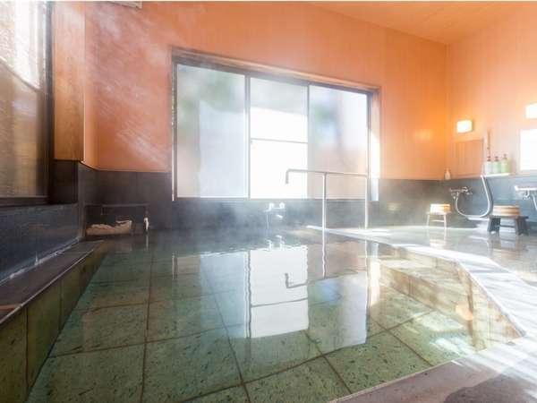 女神伝説に由来する「綿の湯」源泉の内湯。24時間ご入浴いただけます