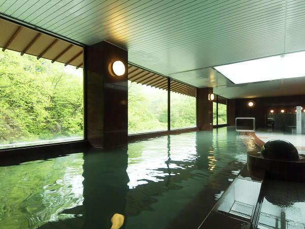 【辛夷館/大浴場】天窓から明るい陽射しが入り、心和む湯浴みが満喫できます