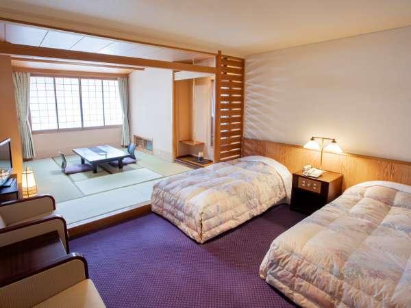 【和洋室】和室とベッドルームとで仕切られた和洋室。定員5名様まで悠々とお寛ぎ頂けます。