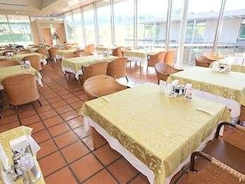 ≪レストラン≫ 水面を眺めながらお食事を楽しむことができます。