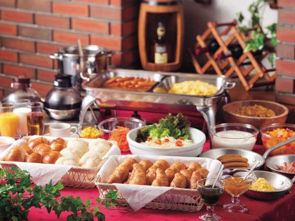 ★朝食は無料サービス♪パンやサラダ、ソーセージ、スクランブルエッグなど