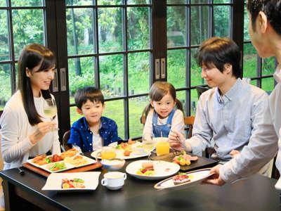 夕食のコース料理は気軽にお箸でお楽しみください♪レストランでは、窓の外にタヌキが訪れることも!