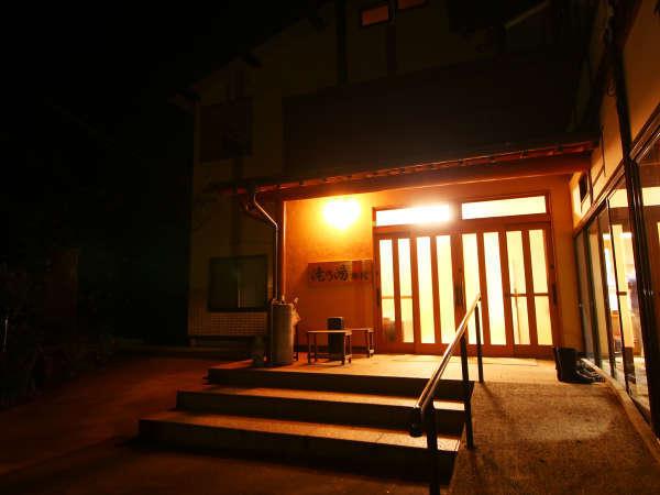 灯りがともる玄関