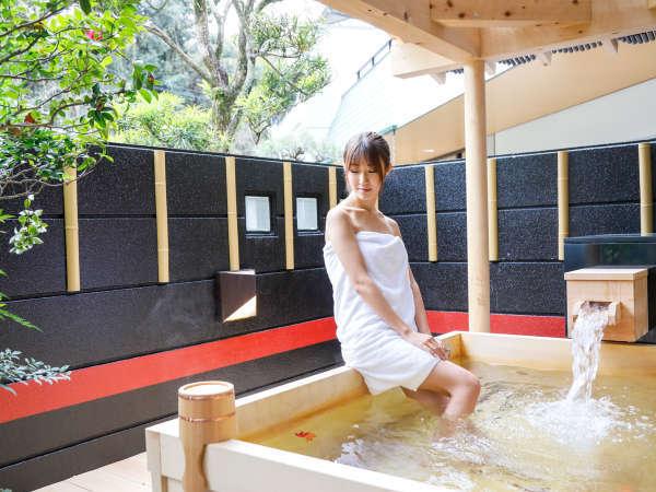 【露天風呂】自然に囲まれた開放的な空間 総檜の露天風呂での湯浴みをお楽しみください