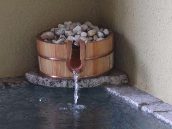 客室露天の泉質は、ナトリウム-カルシウム塩化物硫酸塩泉。オプションのバラ風呂も人気です。