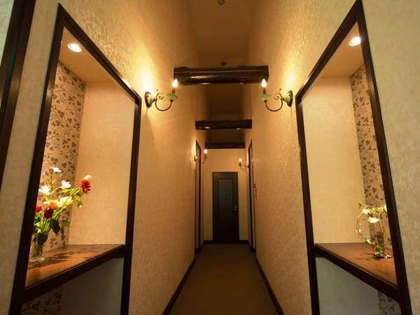 二階廊下の先が客室。右には「つばき」、左が「ぼたん」。