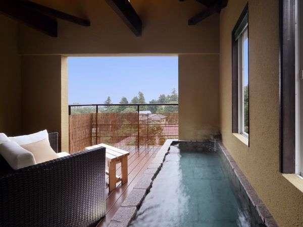 客室「つばき」の露天風呂2名ではあまりあるサイズの露天風呂