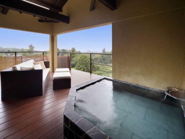 客室「ぼたん」昼間の露天風呂の様子。遠くに海を眺めながら読書も良いかも。