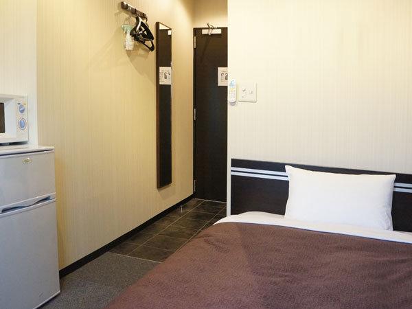 シングルルーム☆冷蔵庫完備しております☆横幅110cmのセミダブルベッドをご用意しております。