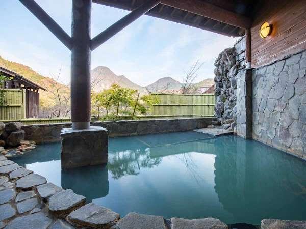 *【風呂(露天風呂)】千燈岳を目の前に楽しめる自慢の露天風呂です。