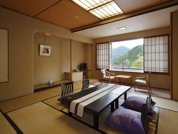 東館のお部屋(一例)。昔の畳のサイズなので、広めでゆったりしてます