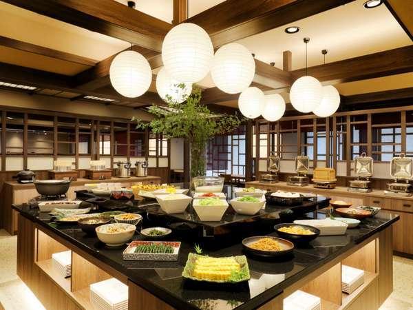 『蔵饗人~KURAUDO~』で楽しめるおばんざい風の品々と取り揃えた朝食ブッフェ(変更の場合有)