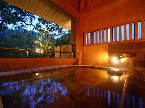 ■「福梅の湯」の檜の露天風呂■温泉でゆったりと。檜の香りと四季折々の自然に癒されます