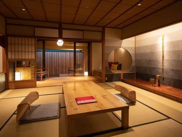 ■当館最高の露天風呂付客室「なでしこ」。金箔のオブジェや加賀工芸品に囲まれて過ごせるご当地部屋です■