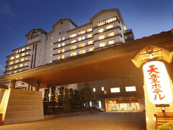 《天童ホテル全景》大きなちょうちんの灯りが目印