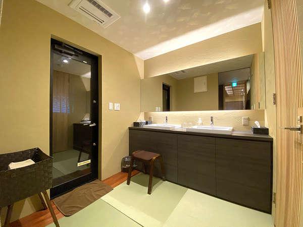 大きな鏡と洗面台が2面あるので、朝の準備も滞りません。