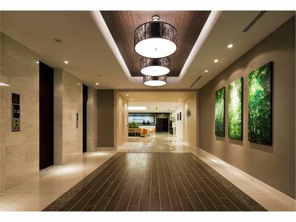 【2Fエレベーターホール】自動ドア入口から見た光景。正面はフロント。