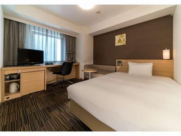 【デラックスシングル】20.8㎡のお部屋に140cm幅のベッドとソファをご用意しております。