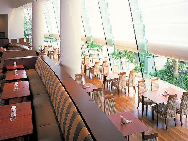 レストラン「パティオ」は皇居の杜に面した大きな窓からあたたかな日差しを感じるオールデイダイニング