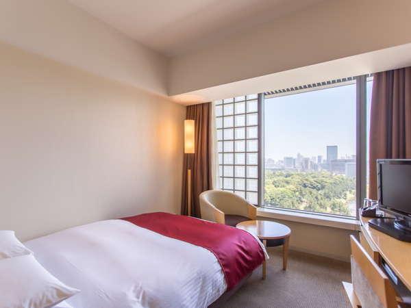 幅140cmのベッドを備えるセミダブルルームはすべて皇居側の客室。リーズナブルに2名で利用することもできる