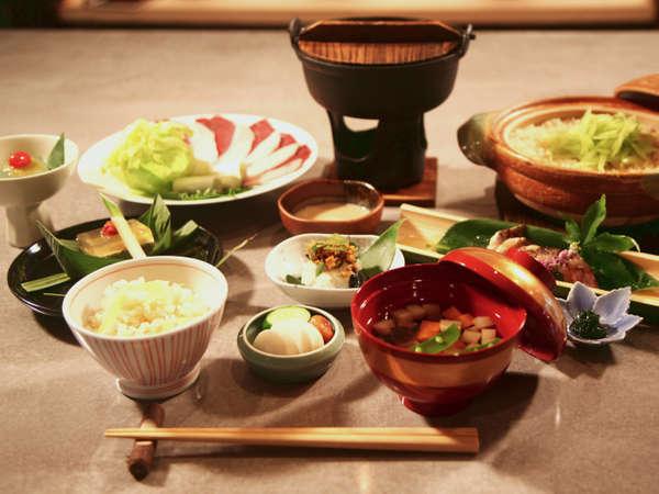夕食のコース料理(一例)。季節の里山の食材を使った和のコース料理です