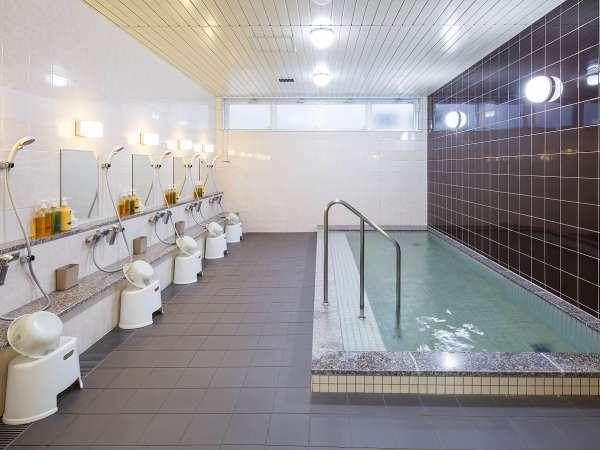 【大浴場】広い湯船の大浴場です