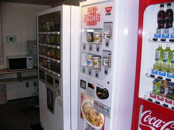 2F自動販売機、電子レンジコーナー。ウォーターサーバーもあります。