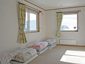 和室(カーペット床)・6畳または8畳間。相部屋。2009年新築。布団の上げ下げはセルフサービスです。