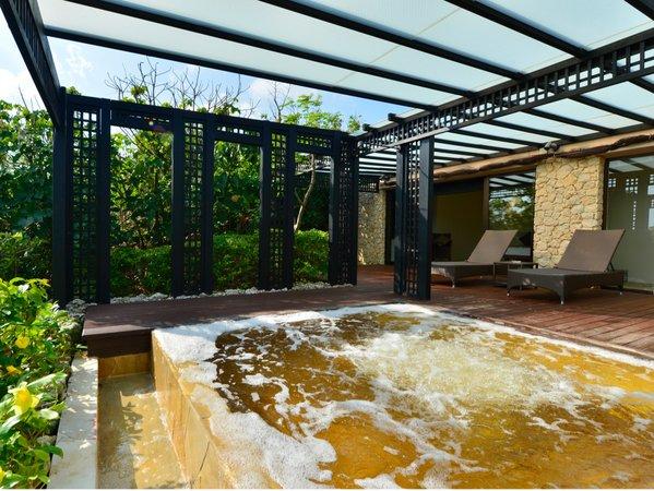 【シギラ黄金温泉(リゾート内)】/個室もございますので、プライベートな湯浴みも愉しめます。