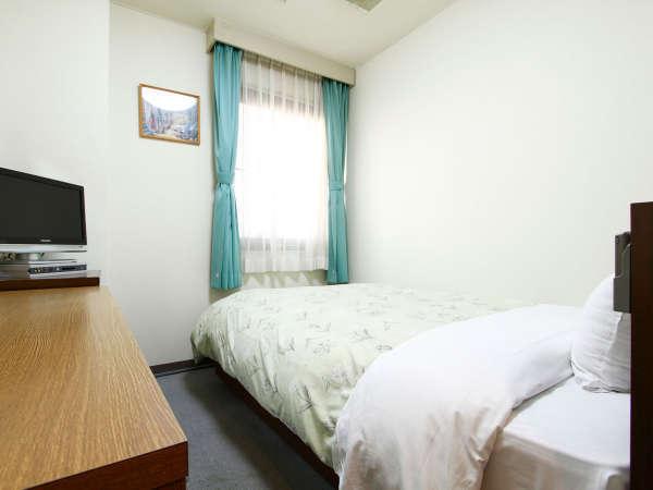【シングルルーム】お部屋内でもお仕事を快適にしていただけるよう、広めのデスクをご用意しています。