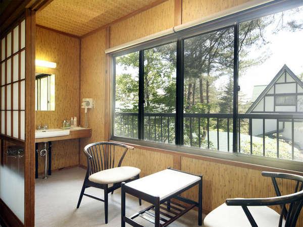 和室10畳(一例)日々の喧噪を離れ、自然に囲まれたお宿で寛ぐ大人の休日