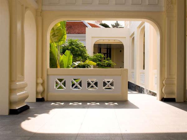 [ホテルロビー入口]陽だまりの中で静かにゆったりとリゾートライフを過ごせます。