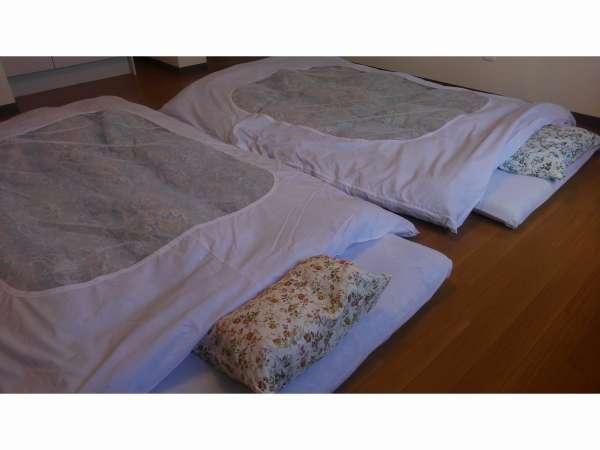 寝具はお布団となります。