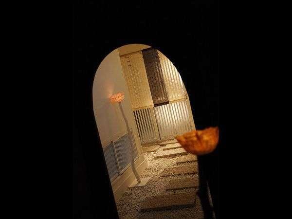 ほの暗いトンネルをくぐるとそこは…真っ白な大浴場入口だった
