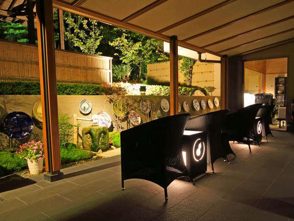 *【ロビーテラス・夜】柔らかい光と虫の音が楽しめる夜のロビーテラスです。