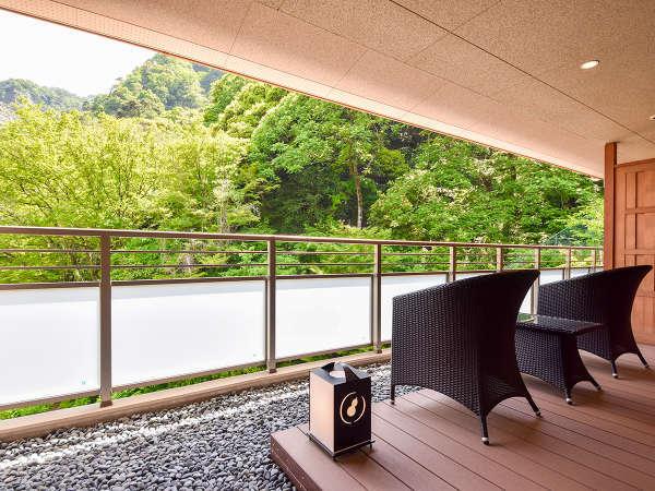*【本館・金泉露天風呂・特別室】広いテラスからは鮮やかに色づいた紅葉の有馬三山のひとつをお楽しめます