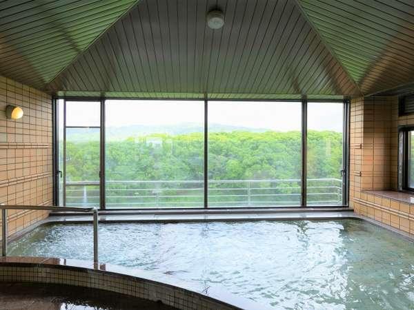 【展望風呂】緑豊かな景色を眺めながらゆったりとお寛ぎください。