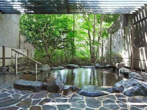 自然と四季を感じる事が出来る露天風呂を完備しております。