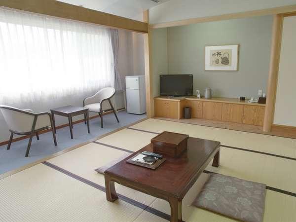 和室10畳のお部屋。山側の眺めです。