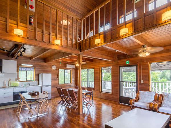 1階の広々したリビングルーム。キッチン、大型冷蔵庫、調理器具、液晶TV、テーブルセット、ソファーあり